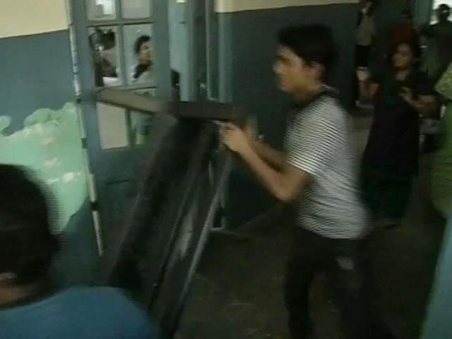 Video : Students lock in vice-chancellor, staff of Kolkata's Jadavpur University