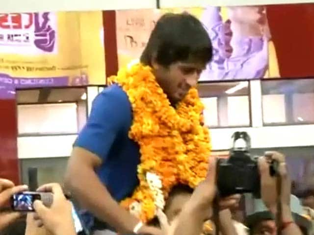 Video : India's wrestling team returns after successful world championships