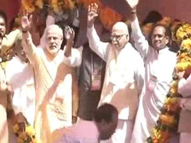 Video : Modi, Advani share stage at BJP's grand unity show in Bhopal