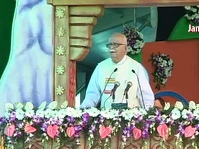 Video : At Bhopal rally, Advani praised Modi's Gujarat for 24-hour power