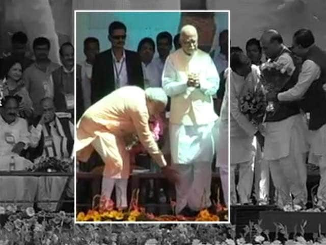 Video : At BJP's unity show in Bhopal, Narendra Modi touches Advani's feet