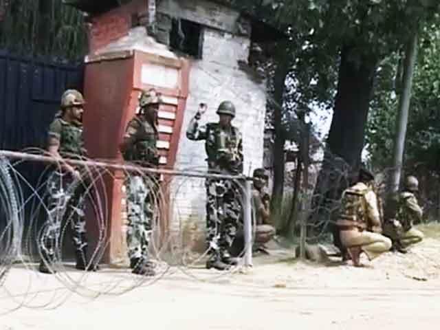 Videos : कश्मीर : श्रीनगर में बाइक सवार ने की फायरिंग, एक नागरिक घायल