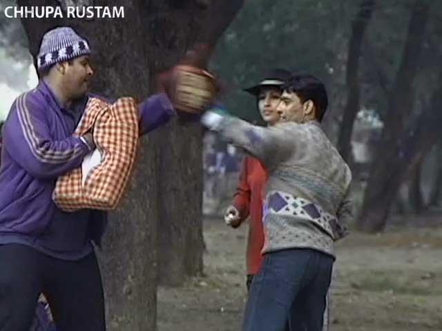 Videos : छुपा रुस्तम : राहगीरों के साथ की बॉक्सिंग की तैयारी
