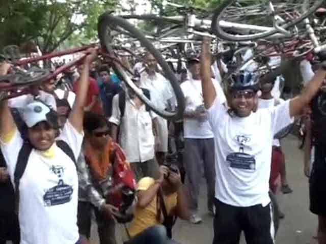 Video : In Kolkata, thousands protest ban on biking on key roads