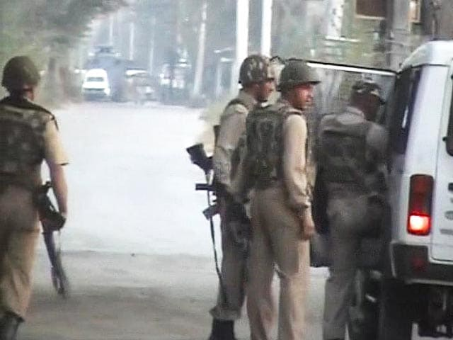 Video : Four cops injured in encounter with militants near Srinagar: sources