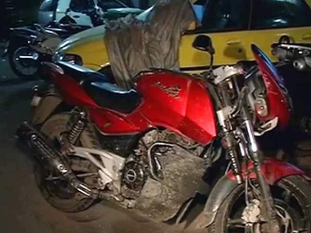 Videos : स्टंट दिखाने के दौरान बाइक झोपड़ी में घुसी, एक की मौत