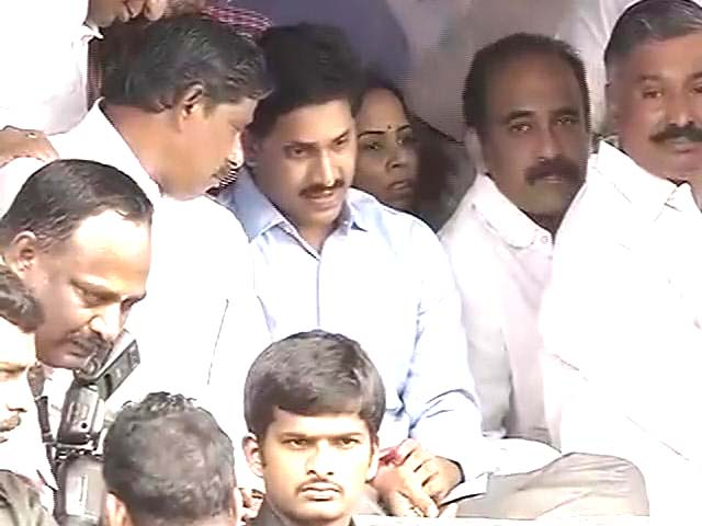 Video : Jagan steps up anti-Telangana protests, begins indefinite fast