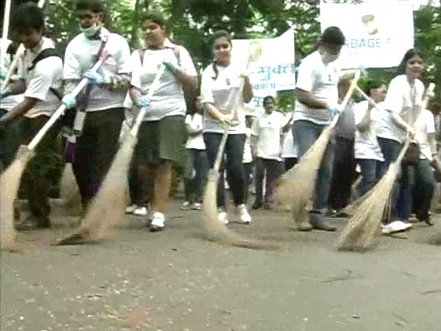 Video : Kolkata citizens sweep city clean, receive huge support