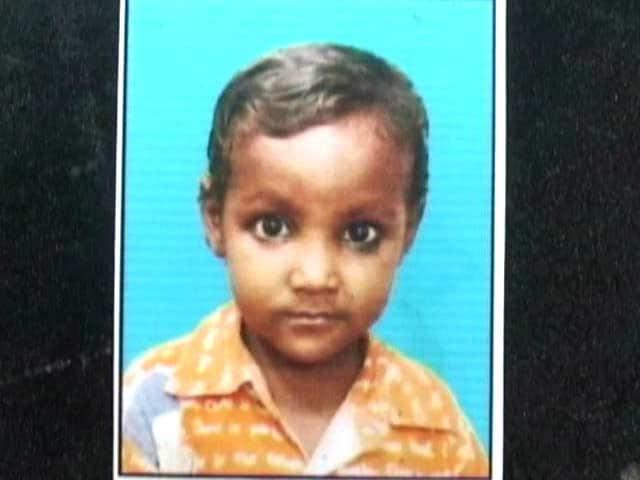 Videos : दिल्ली के तिमारपुर में गेट गिरा, एक बच्चे के मौत