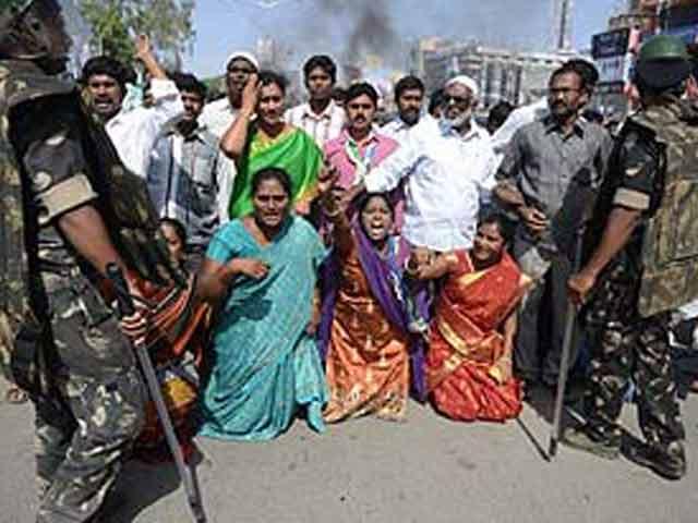 Video : Telangana: Seemandhra on emergency mode, power crisis cripples hospitals, trains