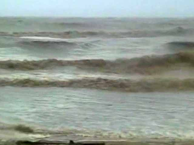 Video : Cyclone Phailin: 5 lakh people may be severely affected, says Odisha govt official