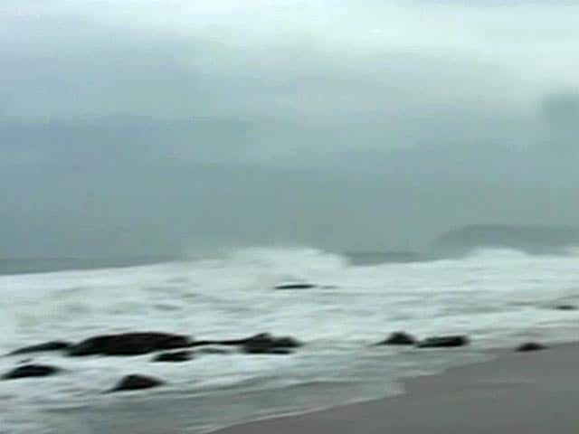 Video : Cyclone Phailin: At Vizag beach, high waves but people unperturbed