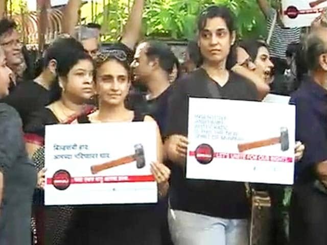 Video : Residents of Mumbai's illegal housing society protest near Chief Minister's residence