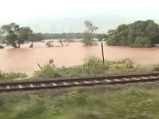 Video : ओडिशा में बाढ़ का ट्रेन से लिया जायजा