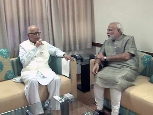 Video : Advani meets Modi in Gujarat, first time after PM candidate announcement