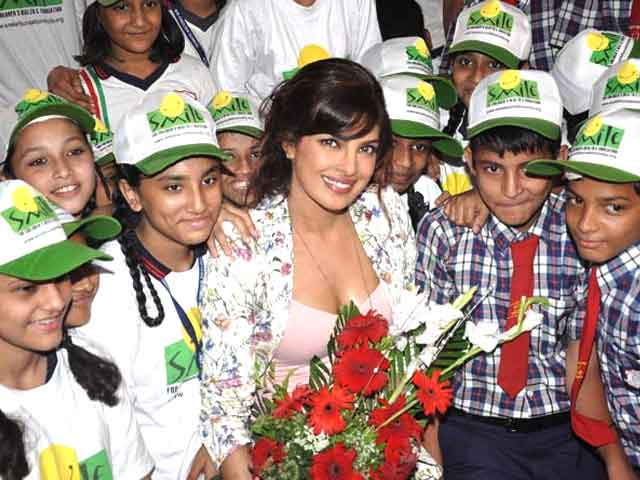 Video : Priyanka visits Mumbai school