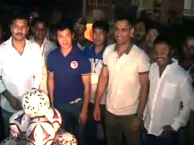 Video : MS Dhoni, Bhaichung Bhutia play football for charity