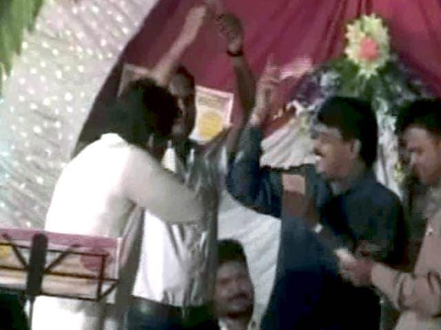 Videos : जबलपुर में बीजेपी नेता ने हवा में उड़ाए नोट