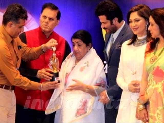 Video : Lata Mangeshkar given first Yash Chopra Memorial Award