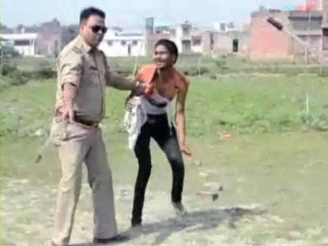 Videos : यूपी : दो सब-इंस्पेक्टरों ने की मजदूरों की डंडे से पिटाई