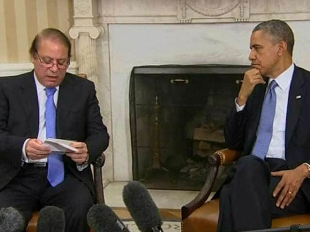 Video : Nawaz Sharif lampooned on Twitter for reading off notes next to Obama