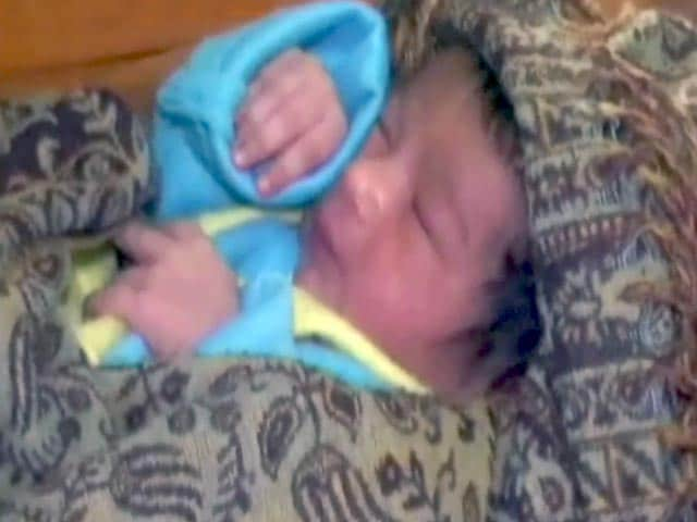 Videos : ट्रेन के शौचालय में जन्मा बच्चा, ट्रैक पर गिरकर भी बचा