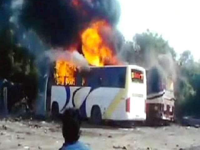 Video : मुंबई में दो लक्जरी बसें आग में खाक