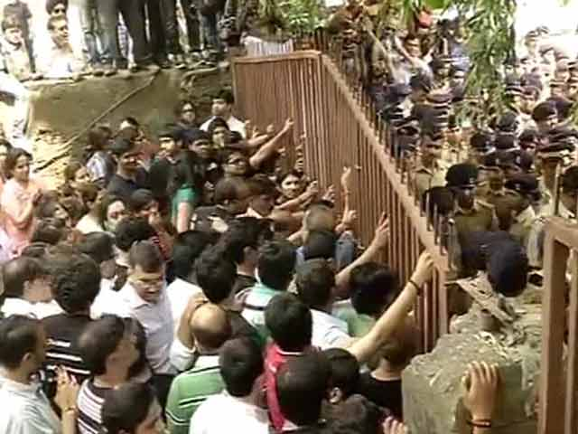 Videos : मुंबई : कैंपा कोला कंपाउंड में तनाव