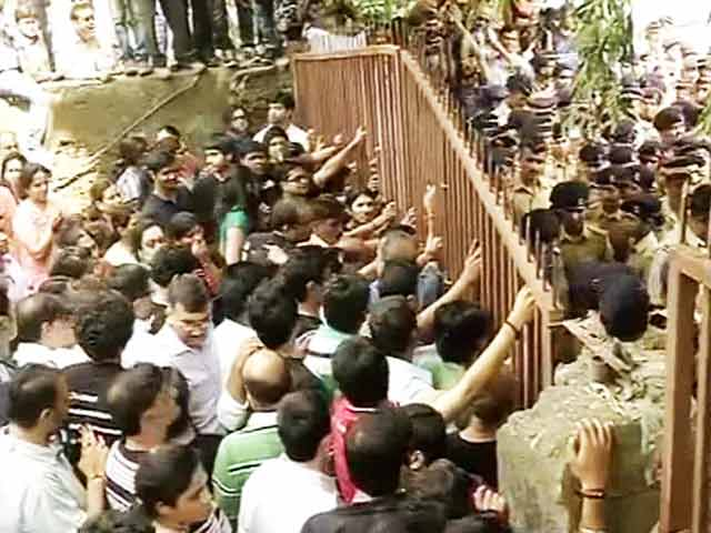 Video : Mumbai: Campa Cola society residents fight eviction, block gate