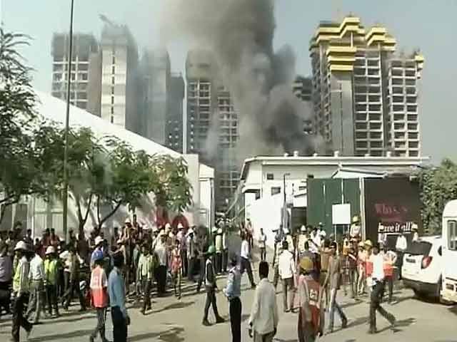 Video : Massive fire at slums in south Mumbai's Colaba area