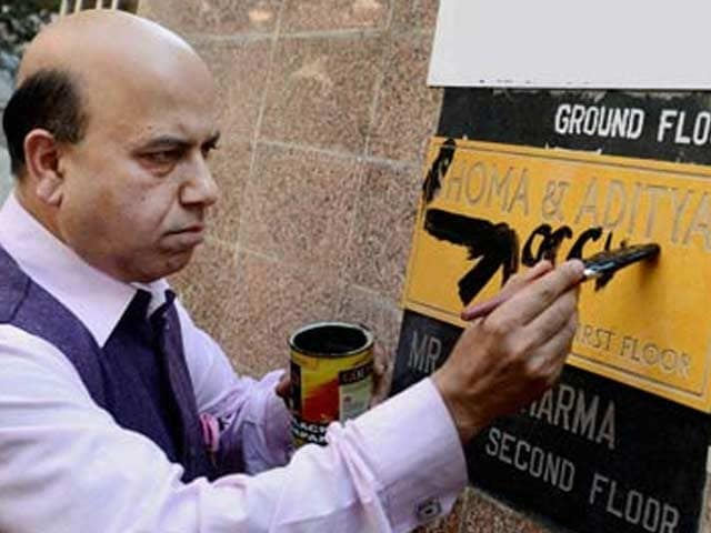 Video : <i>Goonda</i> act by BJP's Vijay Jolly at Shoma Chaudhury's house