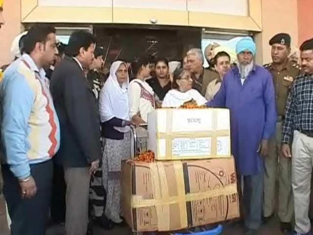 Video : Sarabjit Singh's kin get his belongings, minus his diary
