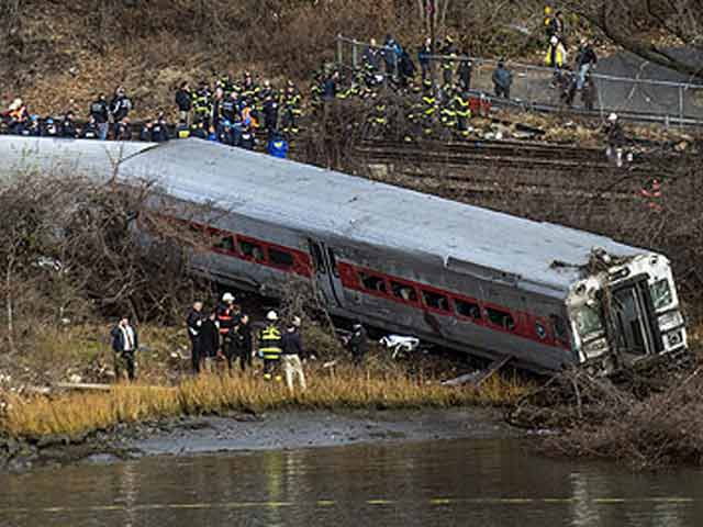 Video : Four dead in Metro-North train derailment in the Bronx