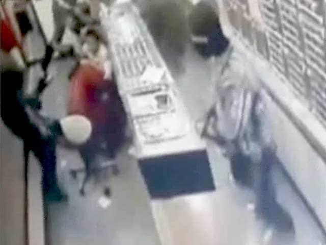 Video : सीसीटीवी कैमरे में कैद : मुंबई में गहनों की दुकान में लूटपाट