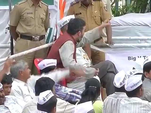 Video : Anna Hazare rebukes Arvind Kejriwal's partyman, asks him to leave fast venue