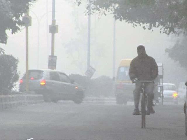Videos : दिल्ली में छाया घना कोहरा, हवाई उड़ानें बाधित