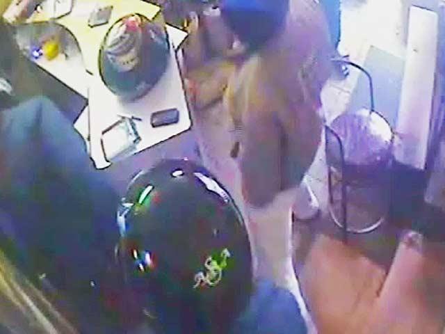 Video : कैमरे में कैद : दिल्ली की दुकान में दिनदहाड़े लाखों की लूट