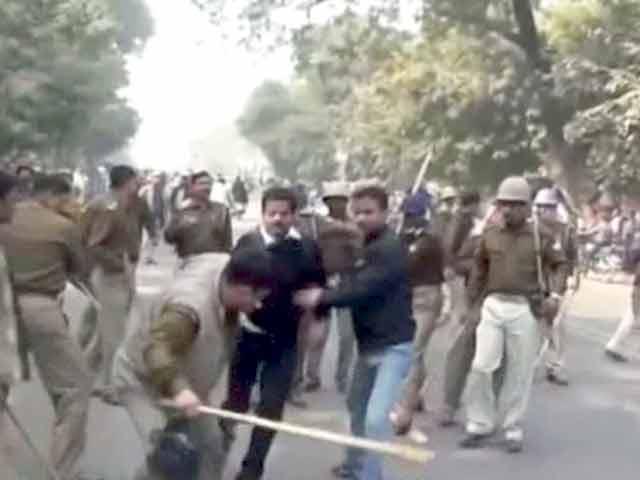 Videos : इलाहाबाद में प्रदर्शनकारी छात्रों पर पुलिस का लाठीचार्ज