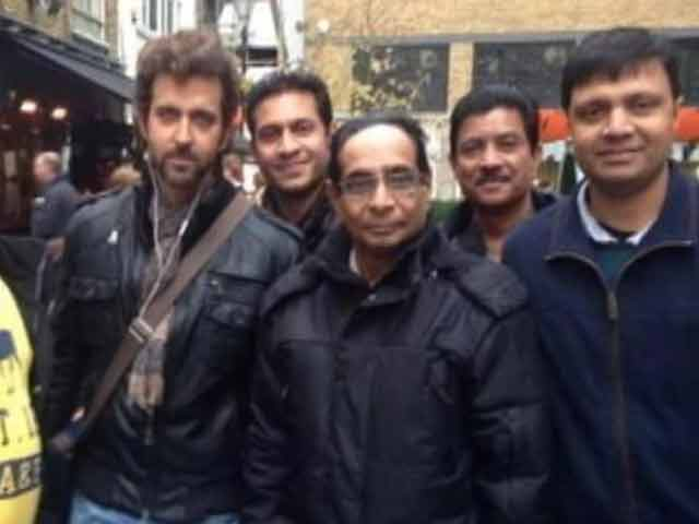 Video : Hrithik Roshan spotted with fans in London