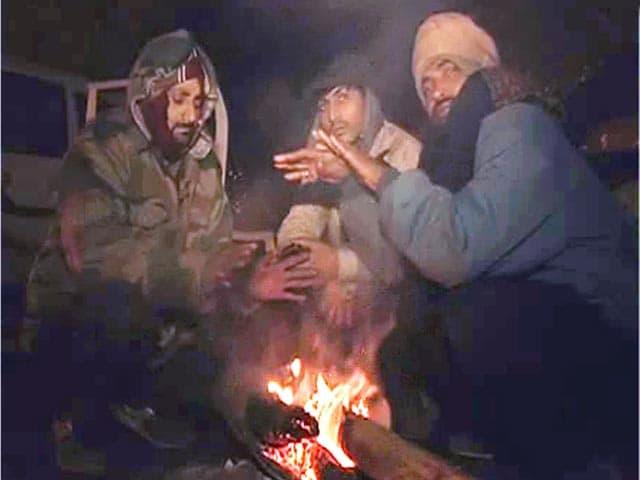 Videos : कश्मीर की वादियों में बर्फबारी, ठंड बढ़ी