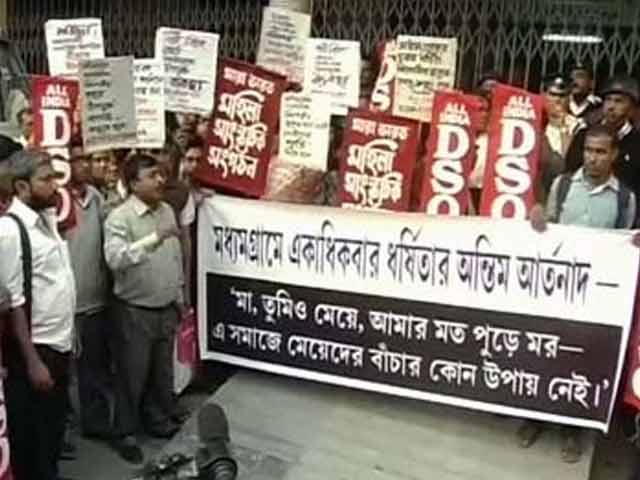 Videos : कोलकाता : गैंगरेप पीड़ित के अंतिम संस्कार को लेकर सियासी घमासान
