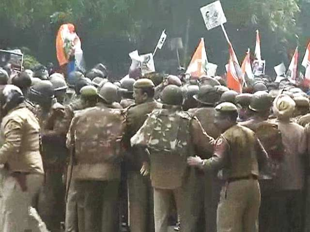 Video : Youth Congress workers protest outside BJP President Rajnath Singh's house
