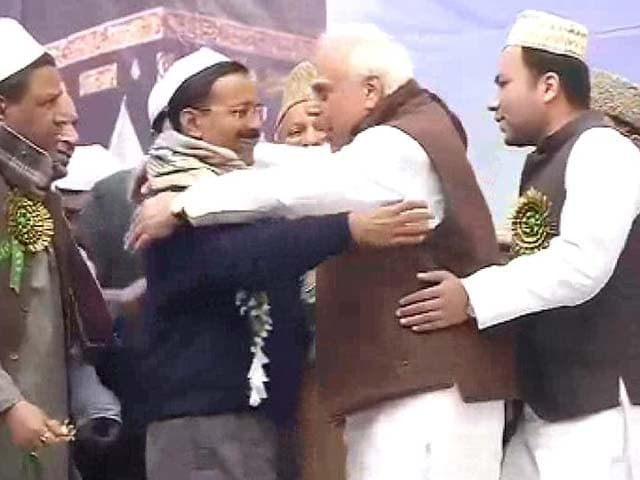 Video : Arvind Kejriwal, Kapil Sibal's 'jhadoo ki jhappi' at Delhi event