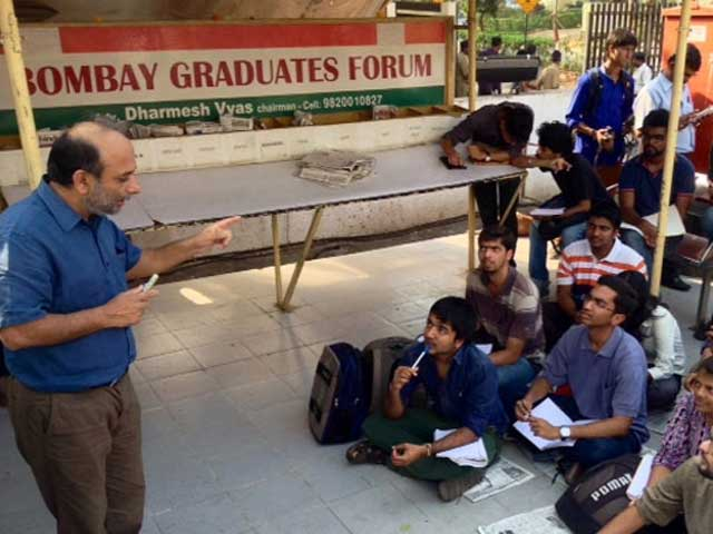 Video : Mumbai: Suspended professor takes classes on the road