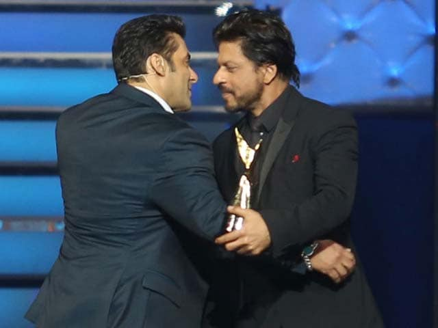 Video : SRK, Salman hug it out - Again