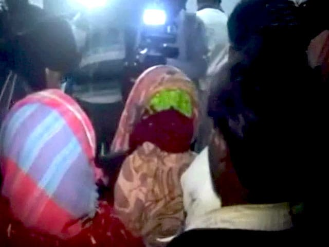 Videos : 'सजा' के तौर पर लड़की के साथ कथित गैंगरेप