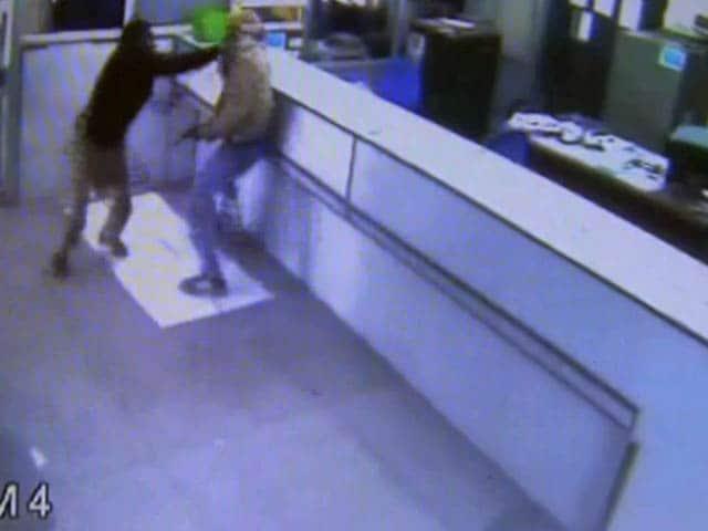 Videos : कैमरे में कैद : सुरक्षाकर्मियों ने बैंक लूट की कोशिश नाकाम की