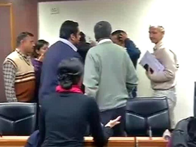 Video : Arvind Kejriwal's press meet disrupted by Congress leader