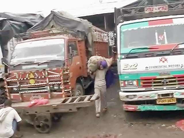 Videos : आजादपुर मंडी में व्यापारी हड़ताल पर