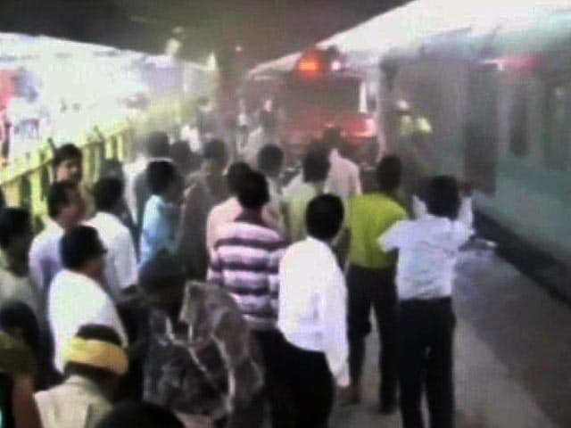 Videos : हावड़ा-दिल्ली राजधानी एक्सप्रेस में लगी आग